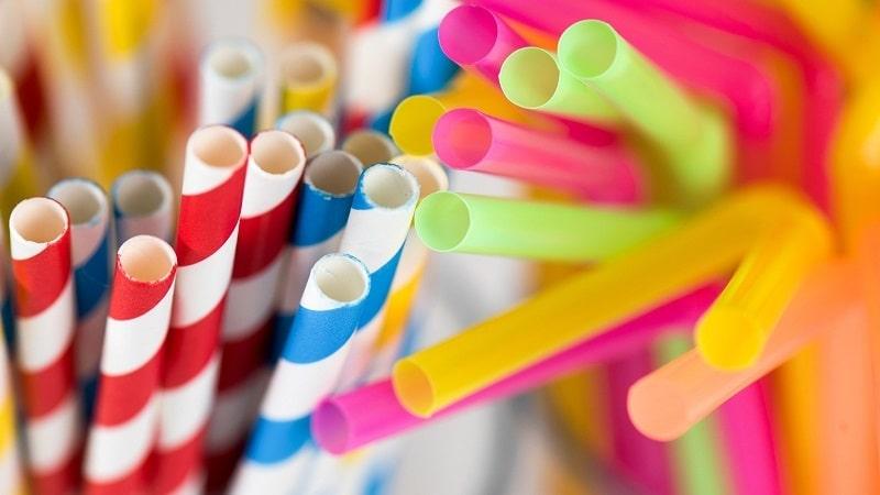 có nên chuyển từ ống hút nhựa sang ống hút giấy
