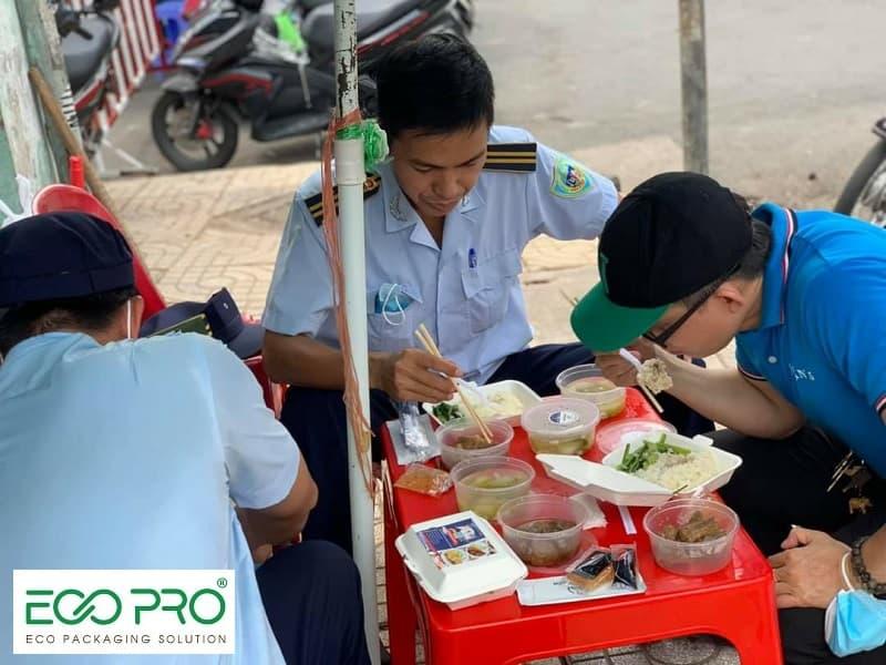 Hộp thức ăn được cung cấp cho các tình nguyện viên